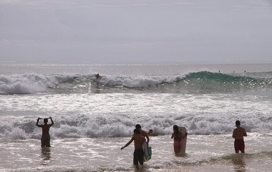 Пляж Паданг-Паданг. Рай для серферов! Они все сплошь из Австралии. На фотографии сборище любителей - волны в тот день толковой так и не дождались, а уважающий себя серфер на такую волну не встанет - не те у них масштабы...