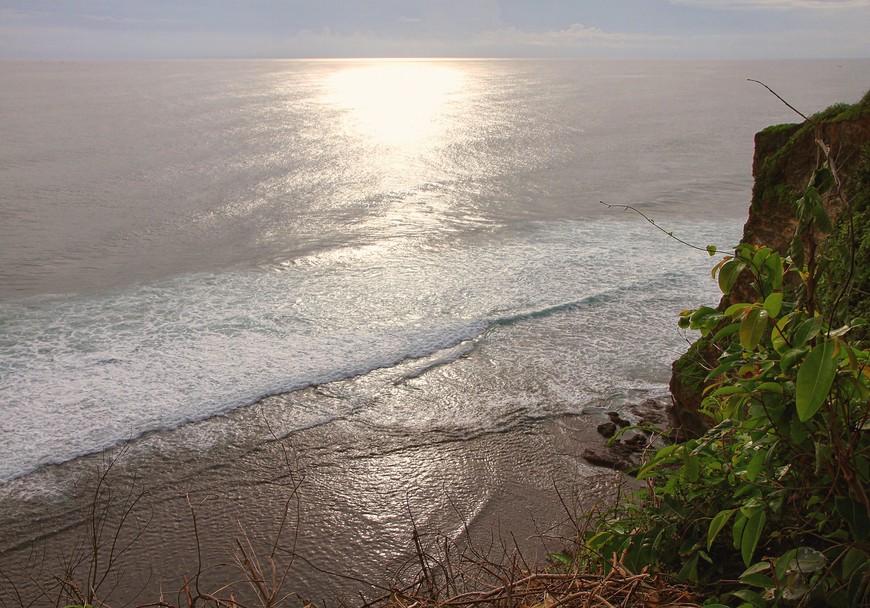 Улувату. Тут не пляж, тут обрыв и океан далеко-далеко внизу.