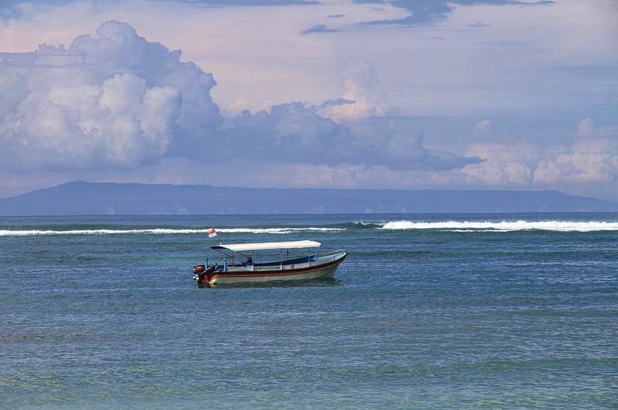 Лодки океану к лицу. Без них немножко одиноко, а с ними картина становится полной. И оживает волна, и вулканы прорезаются сквозь плотную дымку, и облака расступаются. Начинается еще один день...