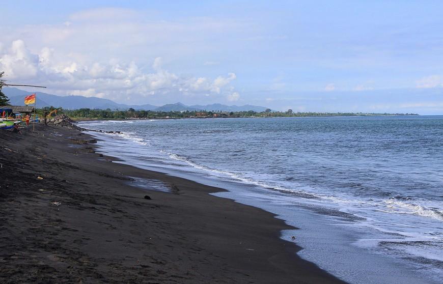И еще раз Черный пляж. Вид может и непривычный, но какая здесь рыбалка на тунца!!!