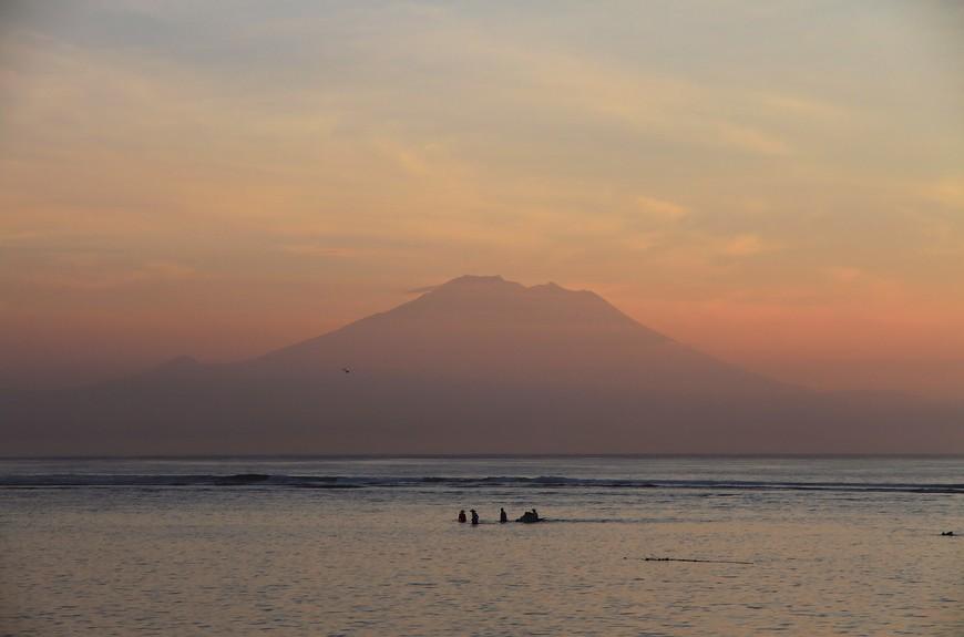 Рассветы на Бали нежные, пастельные, дымчатые. Смущенное солнце заливает все нежно-розовым, укутывает вулканы на горизонте и совсем не спешит начинать новый день. Сидишь на прохладном песке и ждешь чуда чудного - будет день- не будет, встанет солнце- передумает... Всегда встает, знаешь ведь, но поддаешься магии и преданно ждешь начала нового дня...