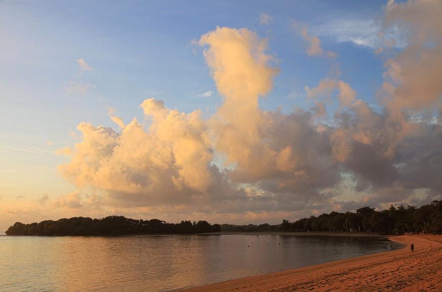 Утро. Все на месте - океан вернулся, вулкан не проснулся, облака собираются убегать, пляж скучает почти в одиночестве, вся тишина моя...