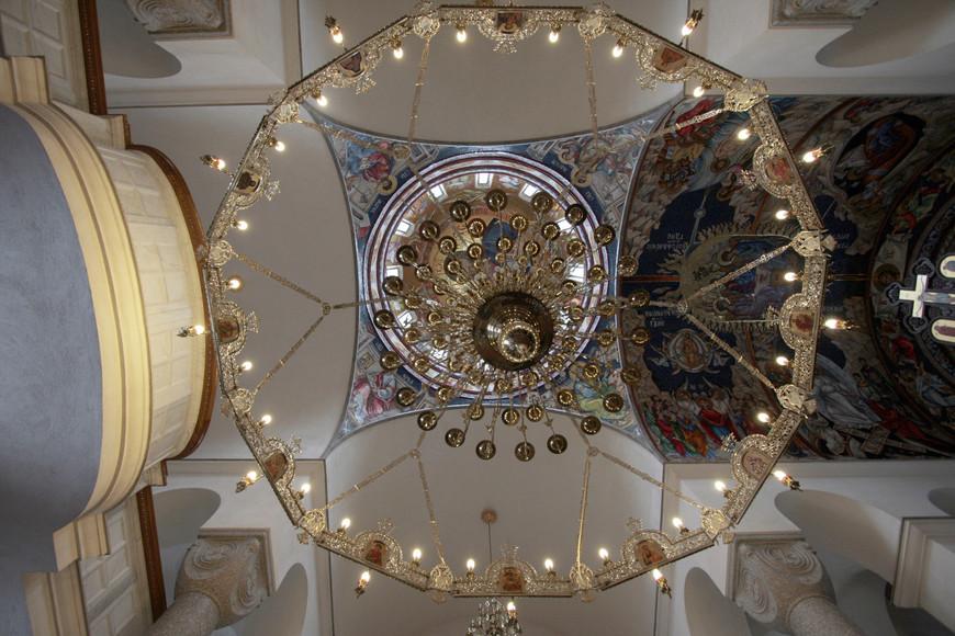 шикарная люстра из храма, фото ниже, в городе Баня Лука