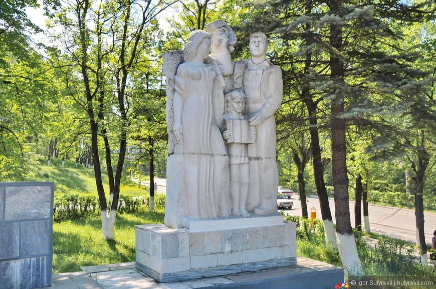 04. Вот откуда в Новокуйбышевске взяли статуи для парка – прихватили в Златоусте.