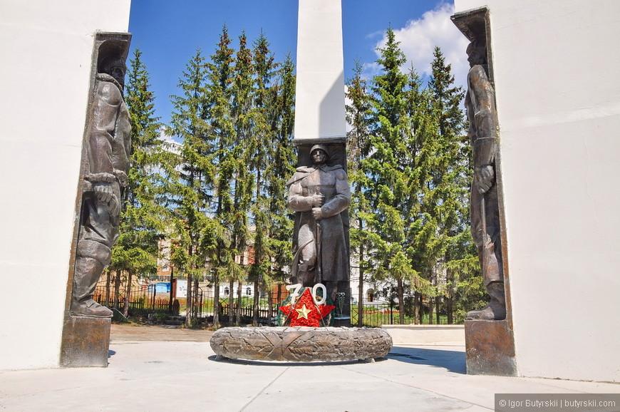 09. Советская часть монумента сделана интересно, замысел понятен, реализация хорошая.