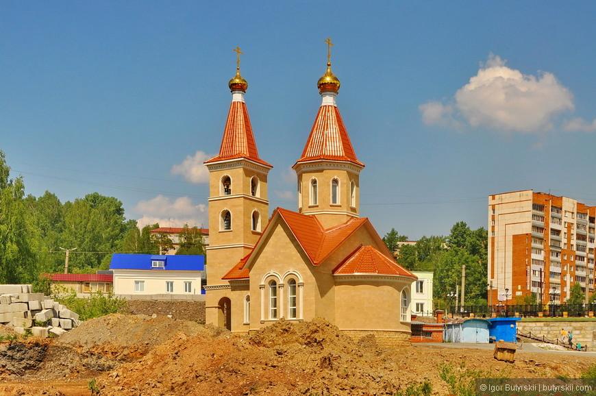 11. Зачем-то в 50 метрах от огромного храма строят маленькую церковь, она уже заведомо будет незаметна на фоне огромного соседа.