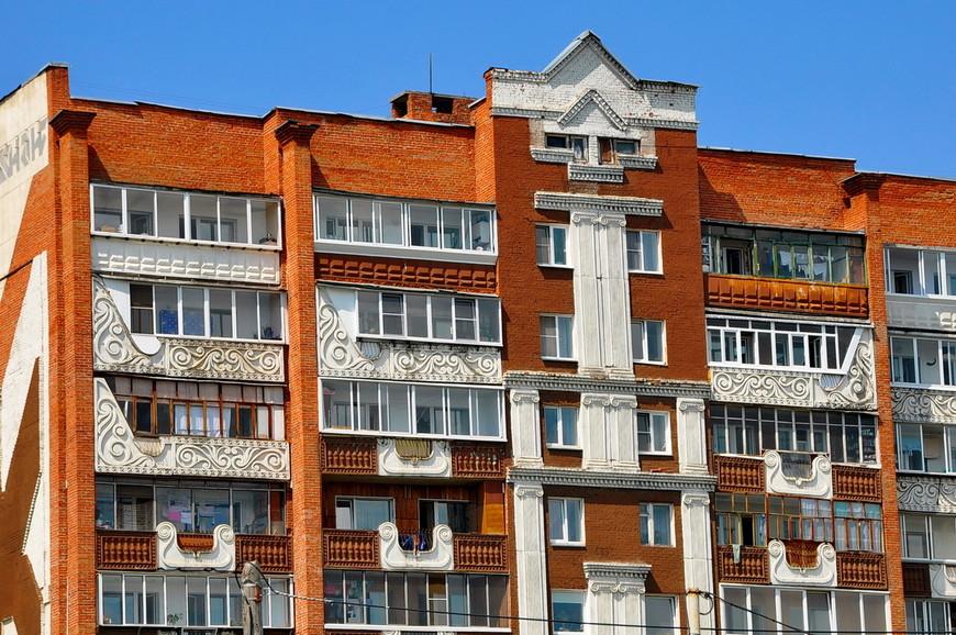 23. Очень странное оформление жилого дома. Зато я знаю теперь где начинал работать архитектор зданий Красной Поляны.