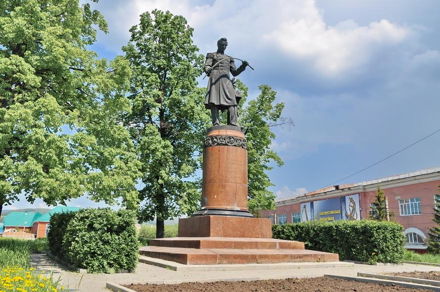 25. Памятник Аносову П.П. очень красиво сделан, и постамент, и детализация, и место расположения.