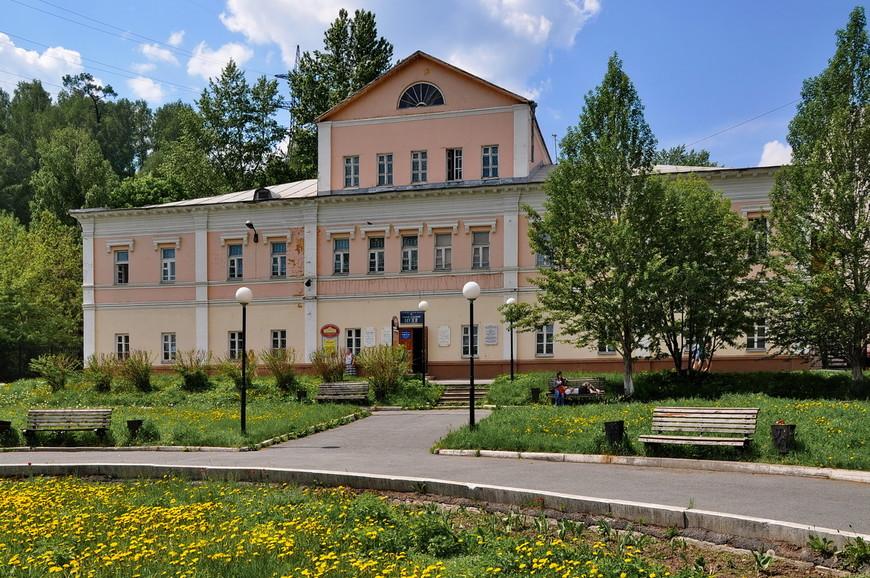 36. Городской краеведческий музей. Здание и территория вокруг очень похожи на советский пансионат. Такой, знаете, за городом в лесочке.
