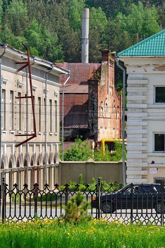 37. Виднеются старинные здания оружейного завода.