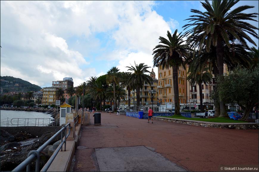 Набережная Витторио Венето  в обрамлении пальм и роскошных резиденций.