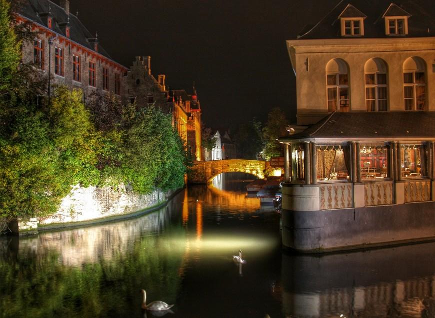 Подсветка зданий и каналов соответствует настроению