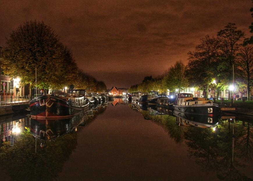 Канал между улицами Coupure и Predikherenrei известен стоянкой старинных барж и пароходов на которых проживают некоторые жители Брюгге. Ничего не напоминает?