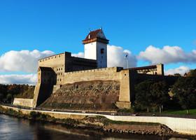 Замок появился на горизонте за несколько километров до границы, после одного из поворотов шоссе из Петербурга. Это вид с пограничного моста, с нейтральной территории.