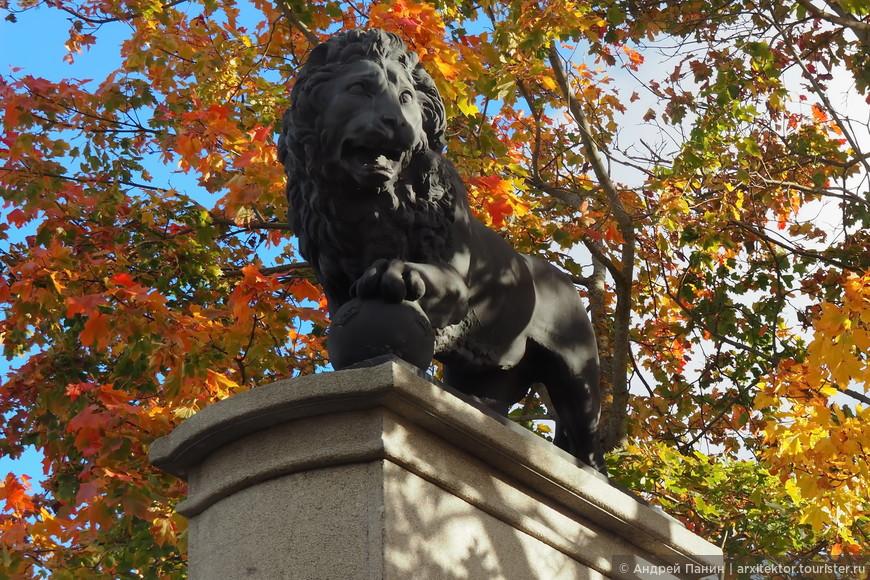 Этот лев установлен в честь победы шведов над русскими во время первого похода Петра Первого. На ядре видны шведские короны.