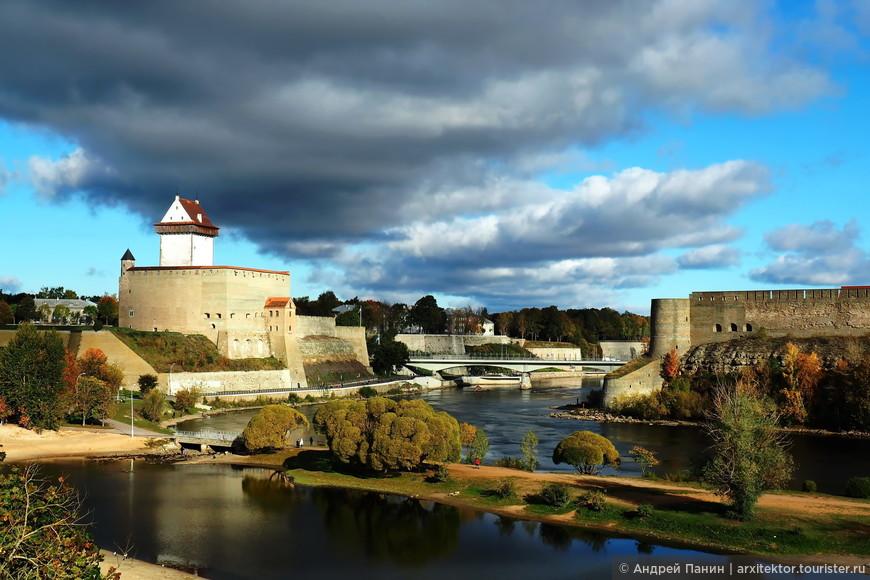 От памятника Шведскому льву открывается прекрасный вид на русскую крепость и шведский замок застывших как стражи напротив друг друга много столетий назад.