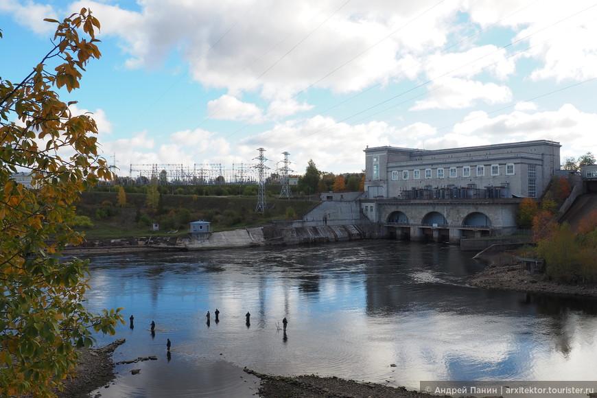 Если пройти вверх по течению, то на месте слияния старого и нового русла Нарвы мы увидим эстонских рыбаков. На заднем плане видим Нарвскую ГЭС, которая находится на нашей территории.