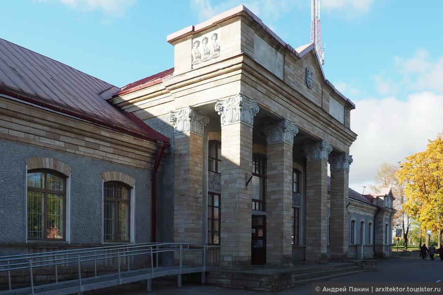 Здание железнодорожного вокзала интересно снаружи и, совершенно пустое внутри.