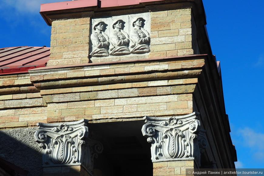 Кроме необычных капителей, на здании вокзала были обнаружены воинственные барельефы.