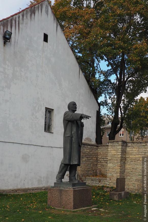 На территории крепости мы встретили памятник Ленину.
