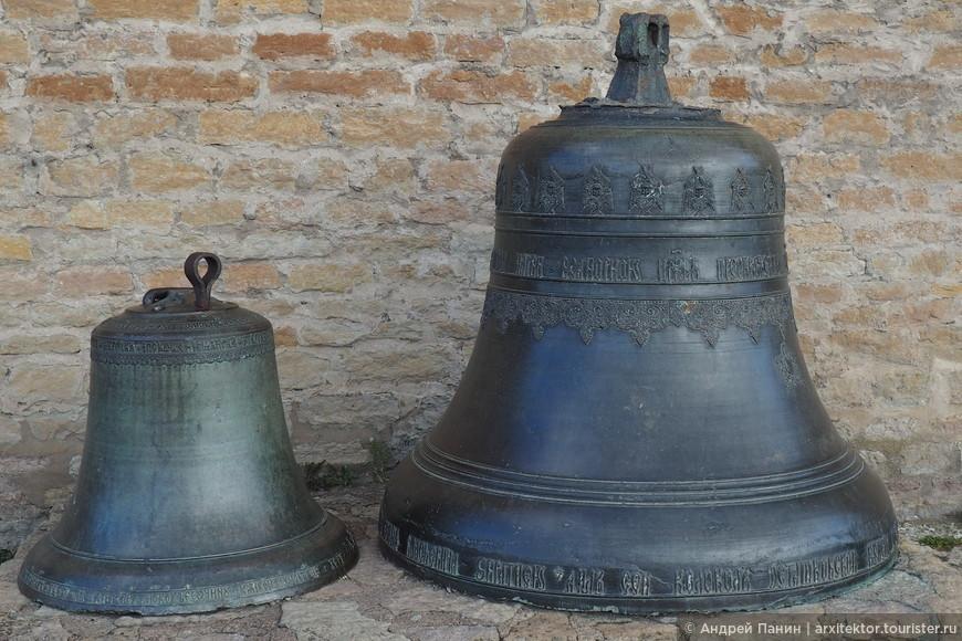 У входа в замок стоят русские колокола.