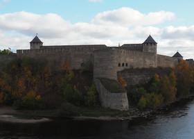 Вид на Ивангородскую крепость от входа в замок.