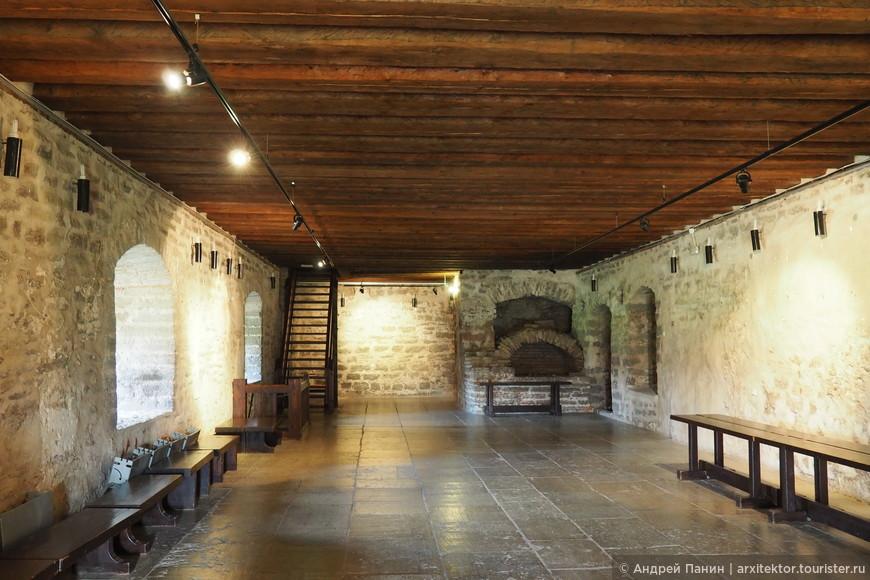В здании замка расположен музей. Вход стоит 3 евро. Внутри есть гардероб и туалеты. Все помещения отапливаемые, включая смотровую галерею на верху.