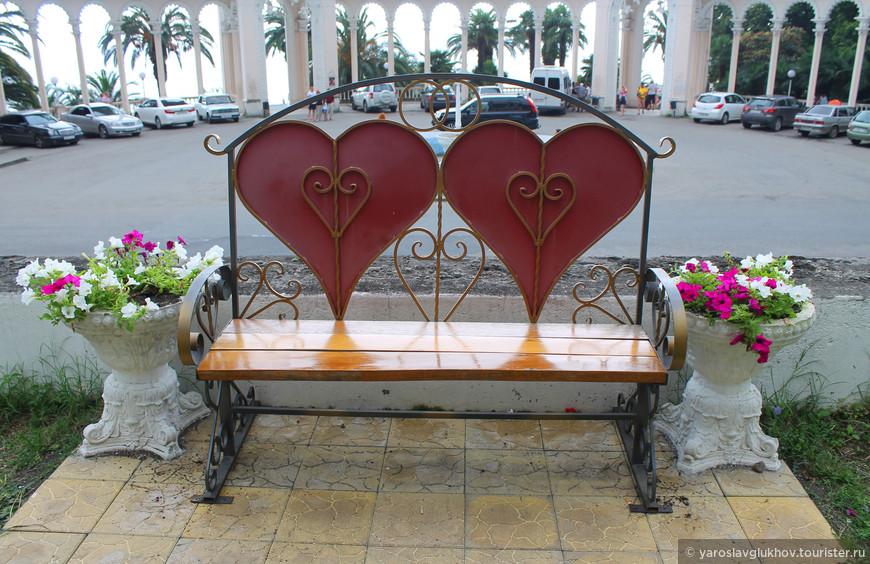 Скамейка влюблённых возле Зимнего театра на фоне Колоннады.
