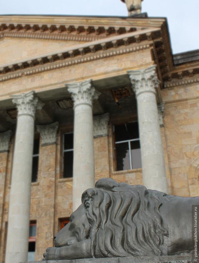 Лев у Зимнего театра.