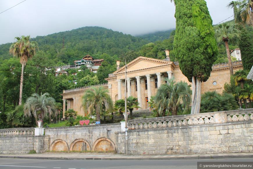 Все основные достопримечательности находятся на проспекте Ардзинба — главной улице Старой Гагры.