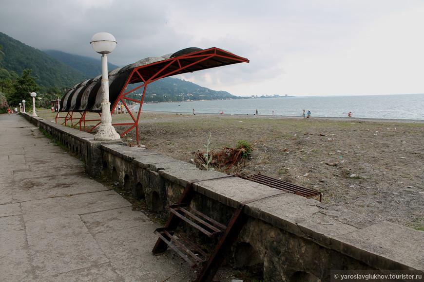 Набережная Гагры. Пляж я променад находятся в печальном состоянии. Вдалеке виднеется Новая Гагра.