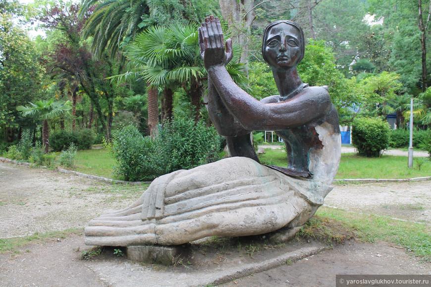"""Скульптура """"Медея"""" в Приморском парке."""
