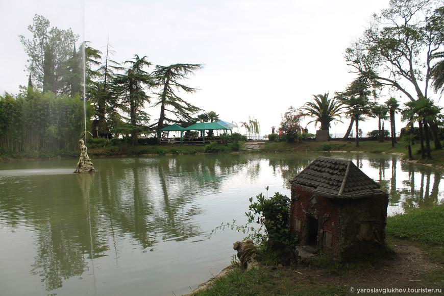 Один из прудов Приморского парка с фонтаном в виде мужчины, который стреляет в небо из лука.