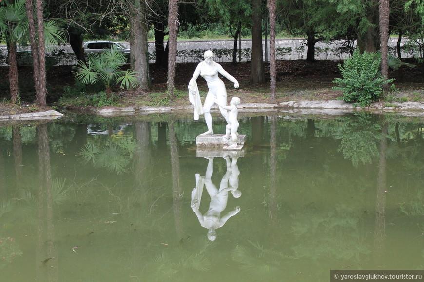 Прудик со скульптурой женщины с ребёнком в Приморском парке. Очень красивое отражение, не правда ли?