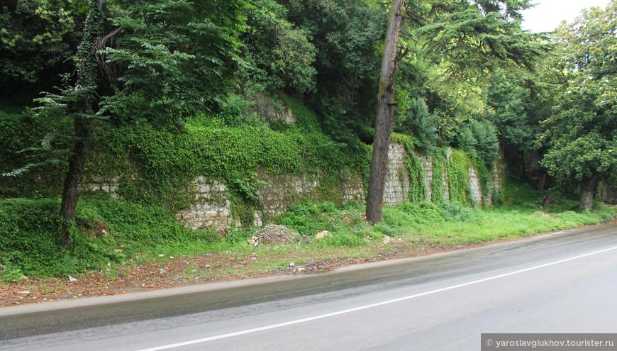 Старая стена вдоль проспекта Ардзинба.
