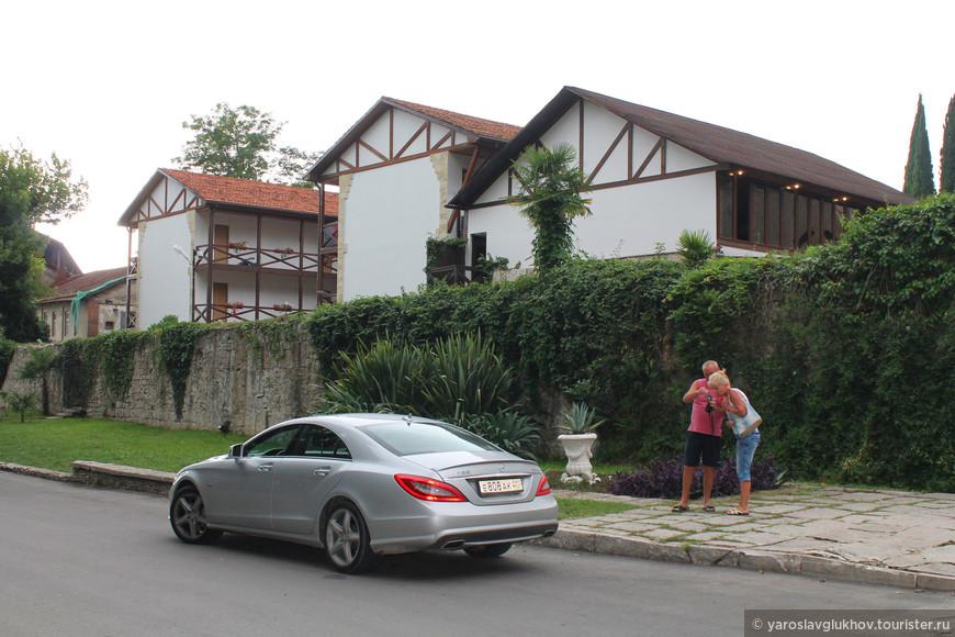 Рестораны, кафе, отели — на этом участке они все построены в немецком стиле.