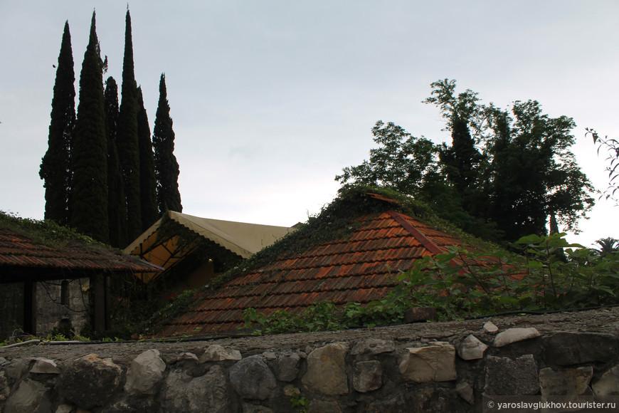 Старая Гагра — хорошее место для размеренной прогулки. Но запустение и неухоженность, конечно, смотрятся печально. Всё же в Гагре непременно стоит побывать, чтобы ощутить дух известного курорта.