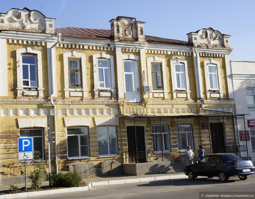 Дом принадлежал купцу Попову. Нижний этаж занимала аптека, верхний был жилым. Представляет собой характерный для уездных городов периода эклектики тип жилого дома с магазином.