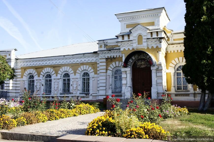 Дом народного творчества и ремесел. Здание бывшей богадельни. Построено в 1883 г. на средства богучарского купца П. М. Куранова. Было рассчитано на 30 мест.