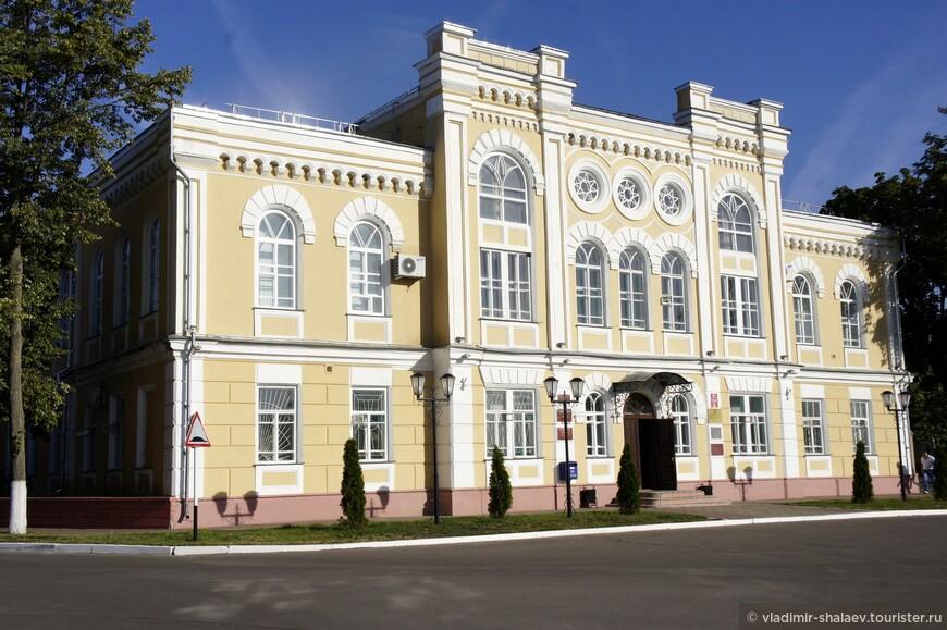 Бывшая земская управа. Здание построено в 1884 г. Ныне здание администрации Богучарского района.