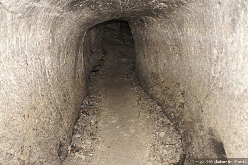 Основал эту пещеру в 19 веке некий Порфирий – слепой монах, быть может старовер. Ему во сне явился ангел и строго наказал копать пещеру во имя спасения его грешной души. Со временем к нему присоединились грешники из местных жителей, и они вместе, с Божьей помощью, вырыли подземный монастырь. На данный момент общая длина ходов пещеры составляет порядка 150 метров, остальная часть отрезана двумя завалами. Ныне пещера имеет три яруса. Наилучшую сохранность имеет средний ярус.