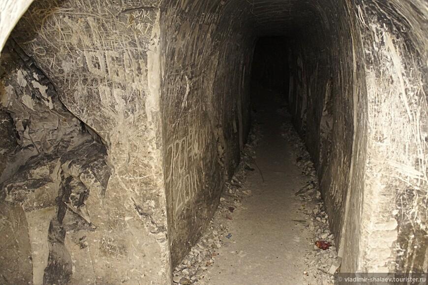 Со мной не было ни гида, ни проводника, ни спелеолога, ни фонарика, поэтому всю информацию о пещерах я брал из доступных источников....Итак, в первой половине 19 века комплекс имел три входа: в верхней части, в нижней части и посередине 80–ти метровой высоты горы. Основным входом был верхний. Все верхние входы были оборудованы деревянными дверями в кирпичных коробках. Перед верхним входом находилась небольшая площадка. Из системы ходов первого этажа шел широкий ход со ступеньками, который приводил в подземную церковь. Церковь имела форму креста, ее своды опирались на четыре колонны. Посередине церкви находился купол высотой около 6 метров, к нему была подвешена на цепи люстра. Перед алтарем находился небольшой иконостас.