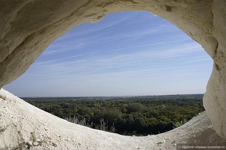 Вот такая вот история у этого монастыря. Сегодня в пещерном монастыре не осталось икон и не проходят Богослужения. Теперь постоянными обитателями пещер стали летучие мыши...