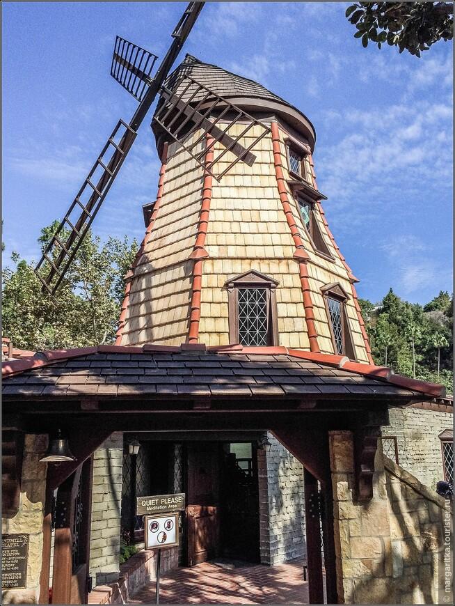 часовня-мельница в аутентичном голландском стиле 16-го века с рабочими лопастями