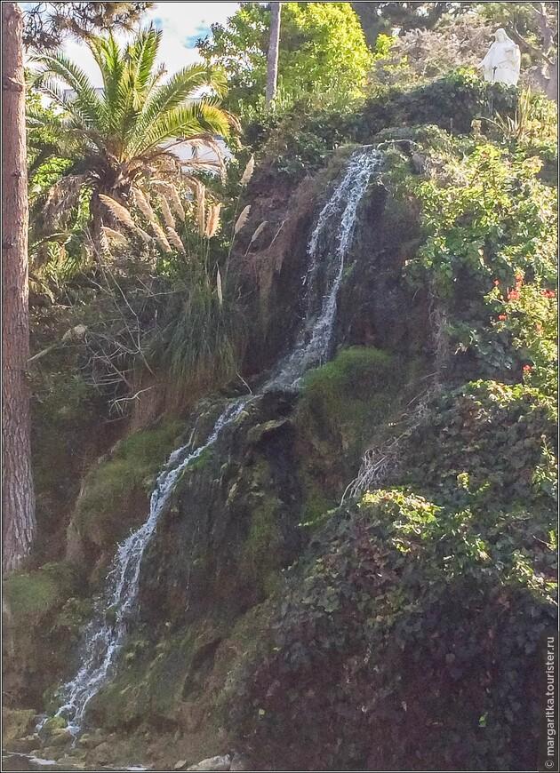большой водопад  в высоту порядка 25 футов (7,6 м). Оба водопада питают озеро вместе с источниками находящимися на его дне.