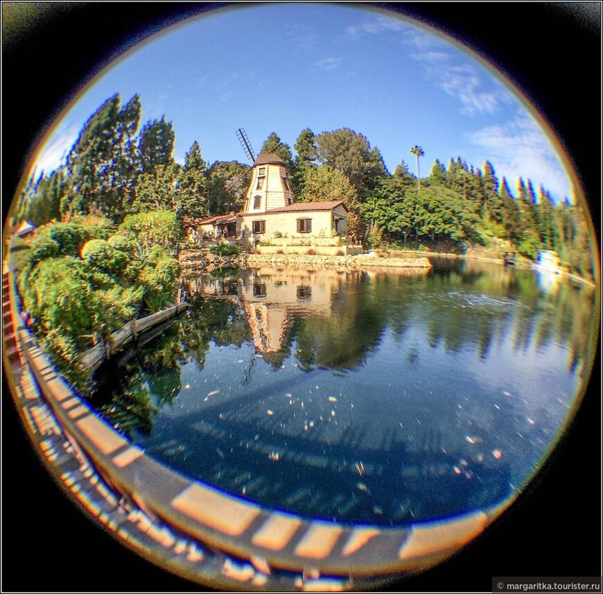 вид на мельницу со стороны розария и навесного деревянного мостка