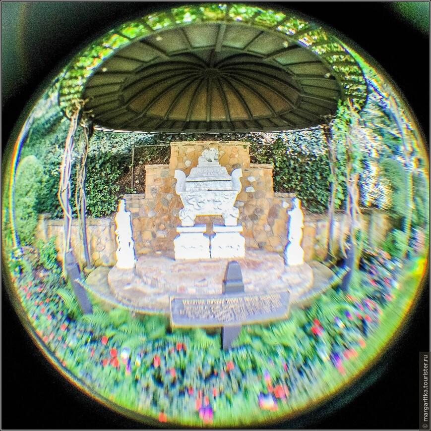 открытый храм - Ганди World Peace Memorial редчайшее место в мире, где можно навестить частчку неразвеяного над водами праха Махатмы Ганди