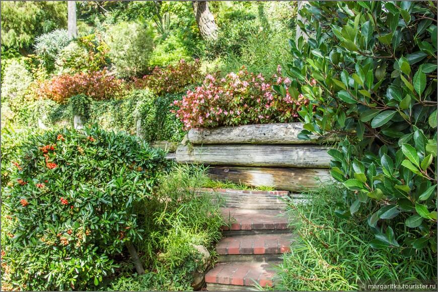 Сады на холмах вокруг озера заполненяют многочисленные маленькими тропинки, в том числе и из кирпичных коротких лестниц, ведущих от основной тропы в скрытые гроты и ниши, где можно уединиться для медитации и релакса.