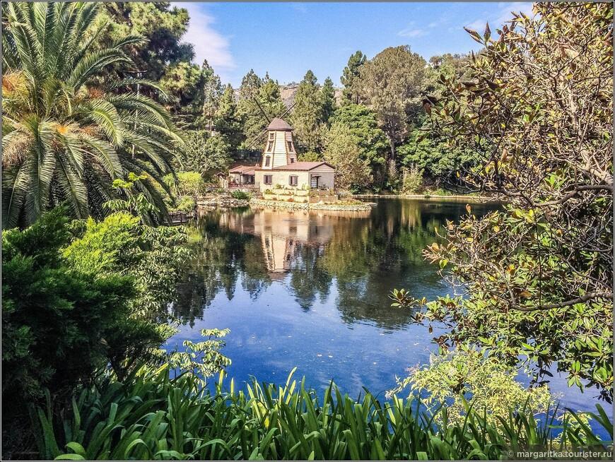 Около десяти акров (25 гк) занимает очаровательное небольшое круглое,  озеро, обрамленное природными склонами в окружении пышной зелени.