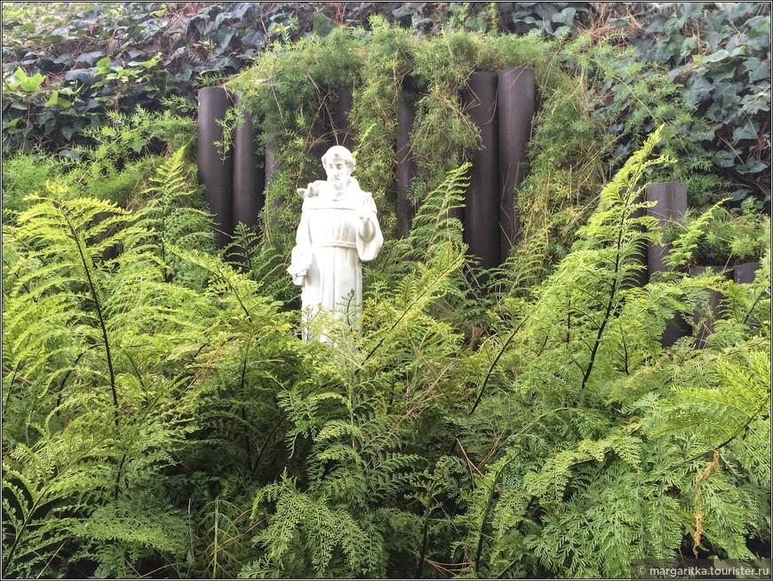 скульптура Франциска Ассизского на территории парка